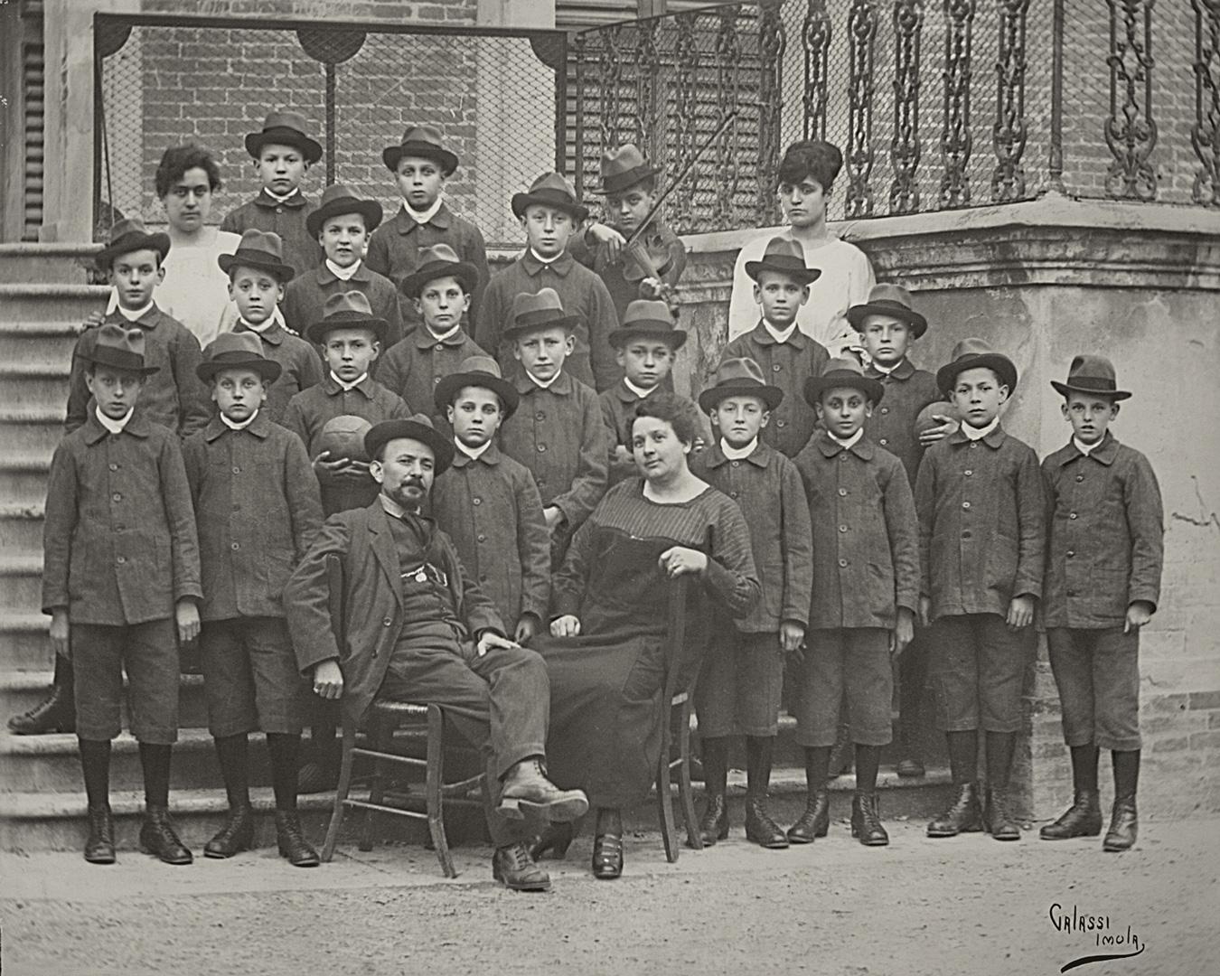 8. I bambini viennesi a Imola vestiti con la divisa del Brefotrofio (Archivio Camera del Lavoro di Imola)