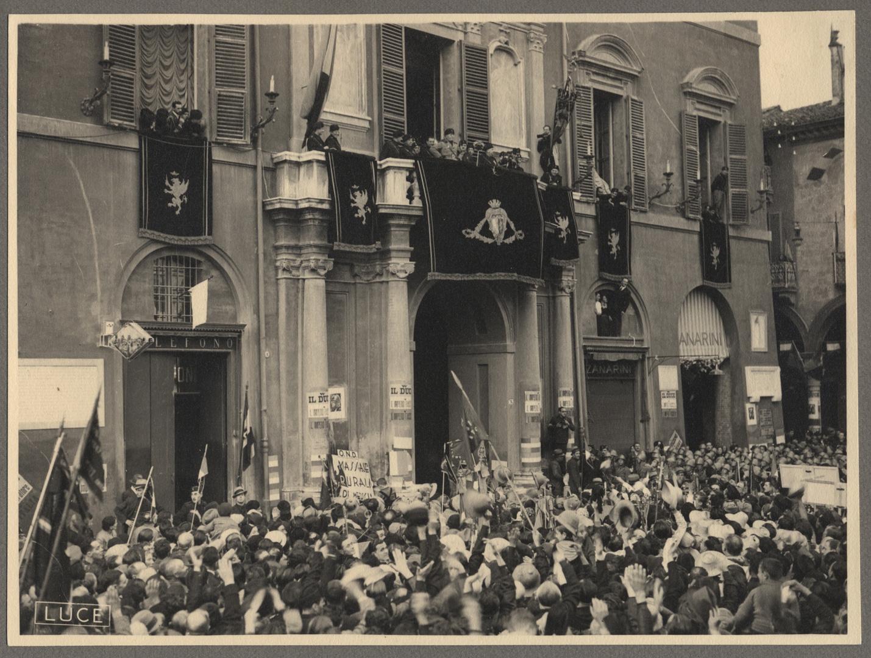 3. Imola, 25 ottobre 1936, il Duce arriva in città e sfila sulla via Emilia (Bim) Imola, 25 ottobre 1936, Il Duce mentre arringa la folla dal balcone del Palazzo Comunale.