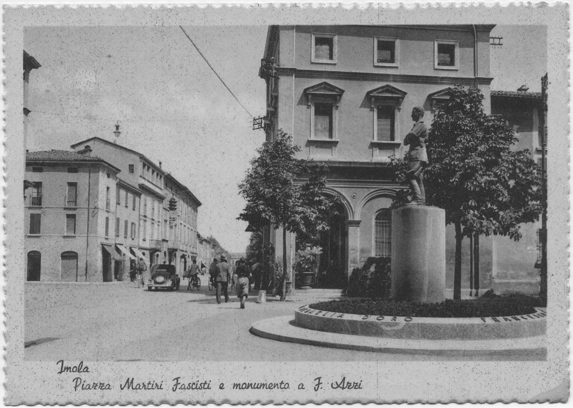 7. Cartolina di Piazza Martiri Fascisti e del monumento a Francesco Azzi, inaugurato il 21 maggio 1938 dal principe ereditario Umberto di Savoia (Bim)
