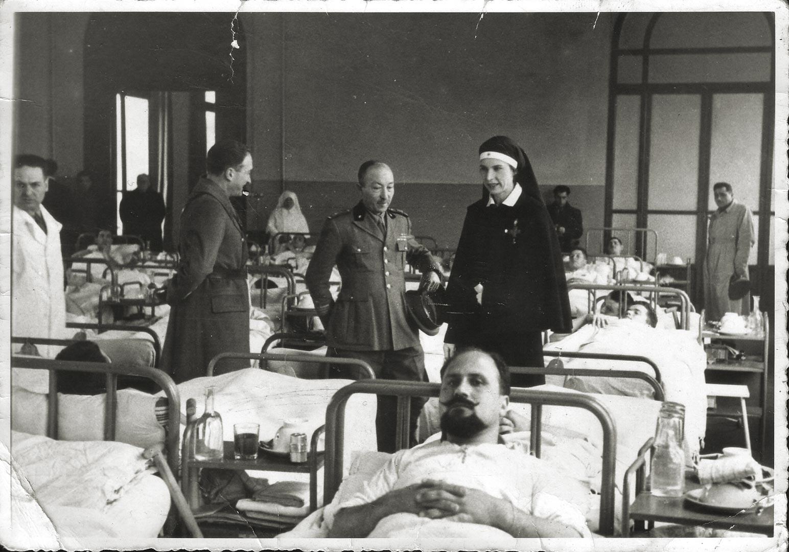 1. Imola, 8 marzo 1941, il primario Francesco D'Agostino a colloquio con la principessa Maria Josè del Belgio nell'ospedale militare allestito alle scuole Carducci (Archivio Cidra)