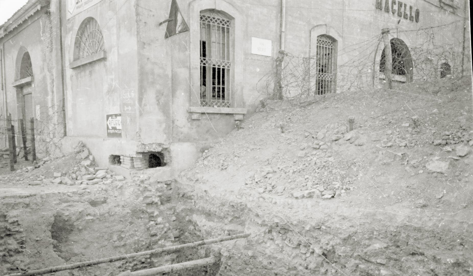 5. Imola, 1944-1945, trincea fatta apprestare dai tedeschi in prossimità del macello (Archivio Cidra)