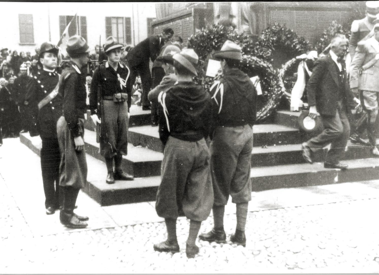 2. Imola, 1934, avanguardisti rendono onore al monumento ai caduti nella guerra del '15-'18 (Archivio Cidra)