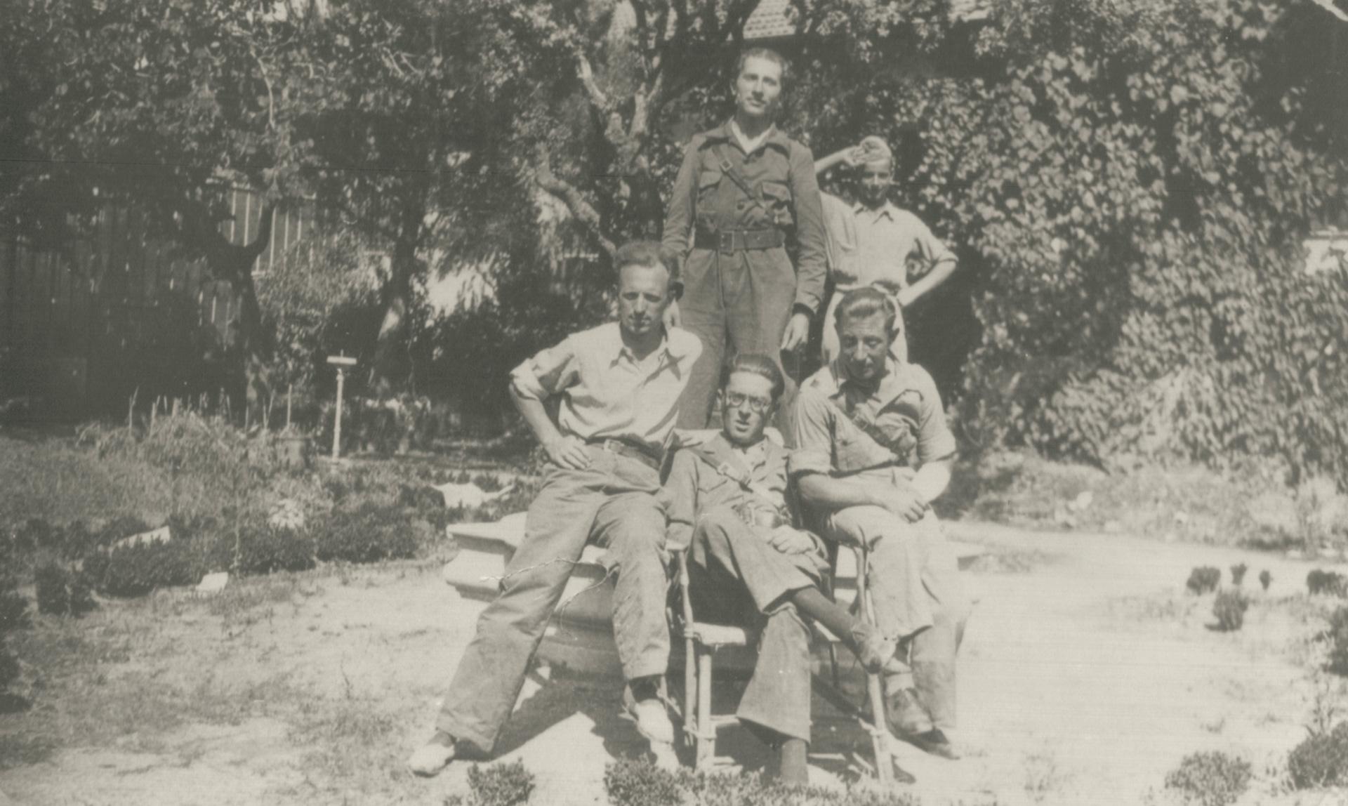3. Alessandro Bianconcini (il primo a sinistra seduto) in Spagna con altri antifascisti (Archivio Cidra)