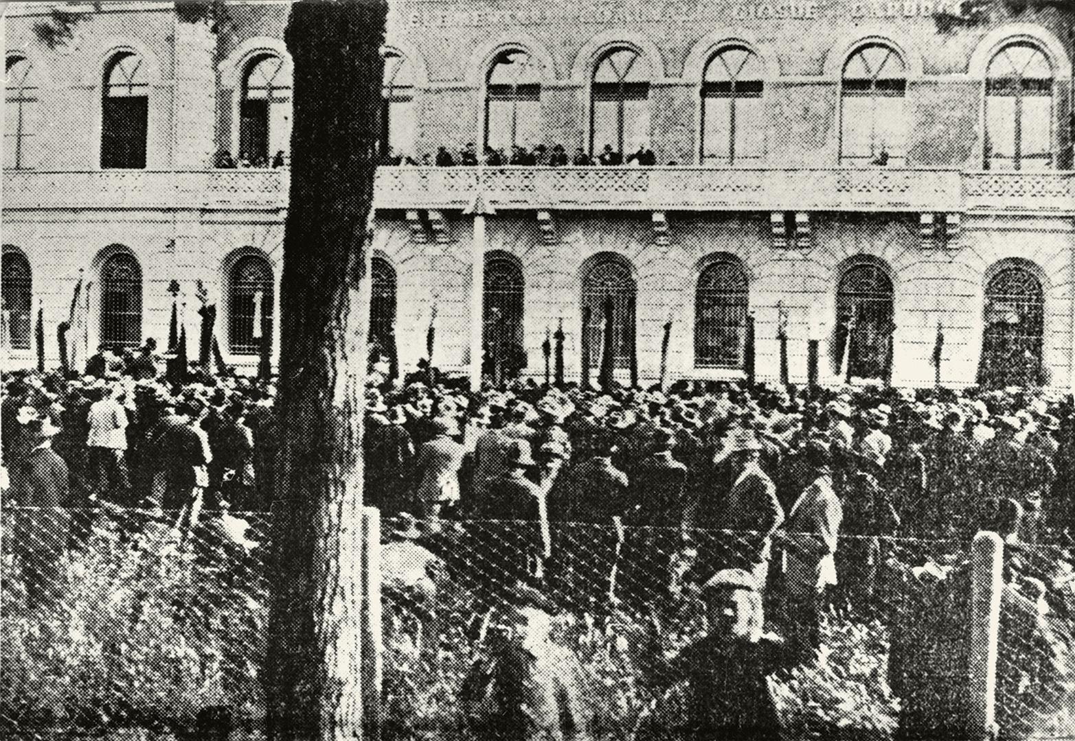 6. Imola, 1919, moti del caro vita manifestazione esterno delle scuole Carducci 3 luglio 1919 (Archivio Cidra)