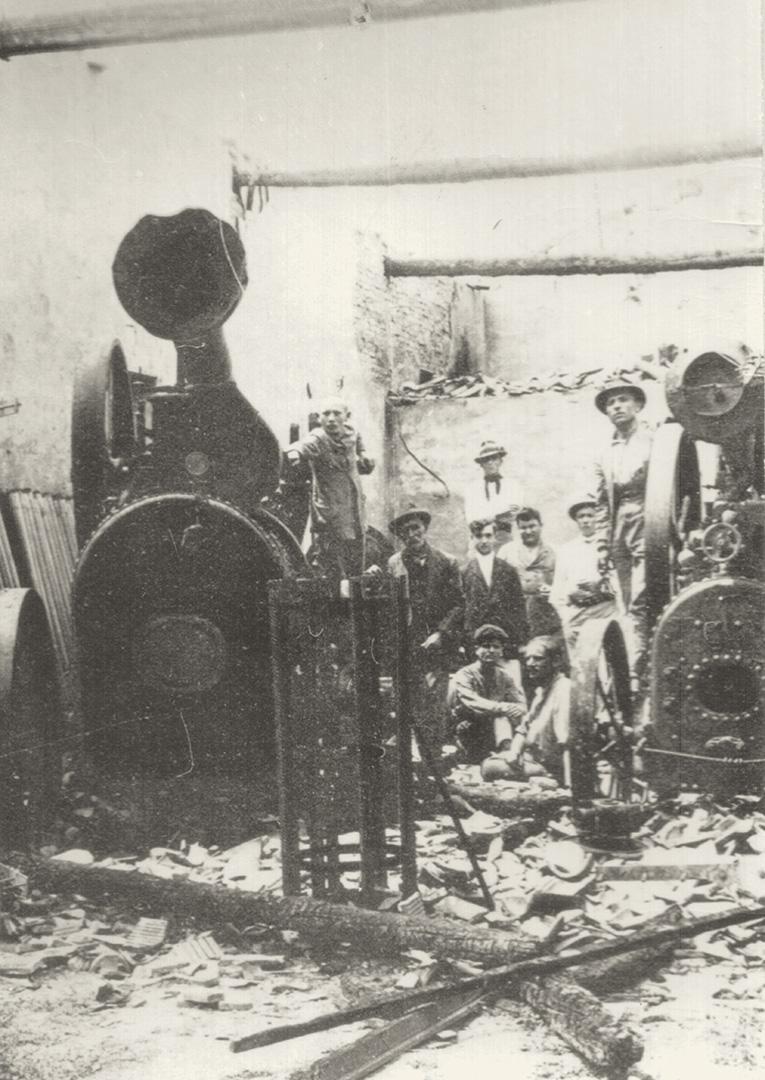 1. Imola, 1920, Trebbiatrice incendiata durante le lotte agrarie del 1920 (Archivio Cidra)