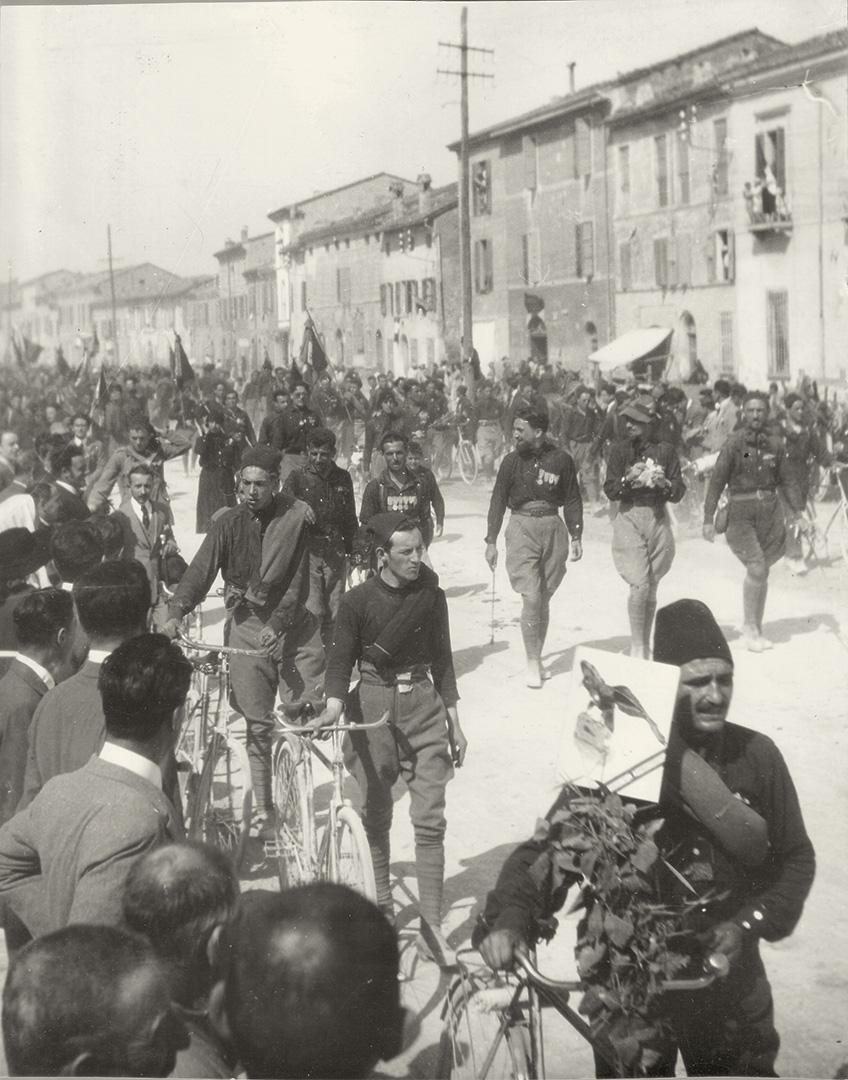 2. Squadristi di Italo Balbo entrano a Ravenna nel 1921 in occasione del centenario dantesco (Archivio Cidra