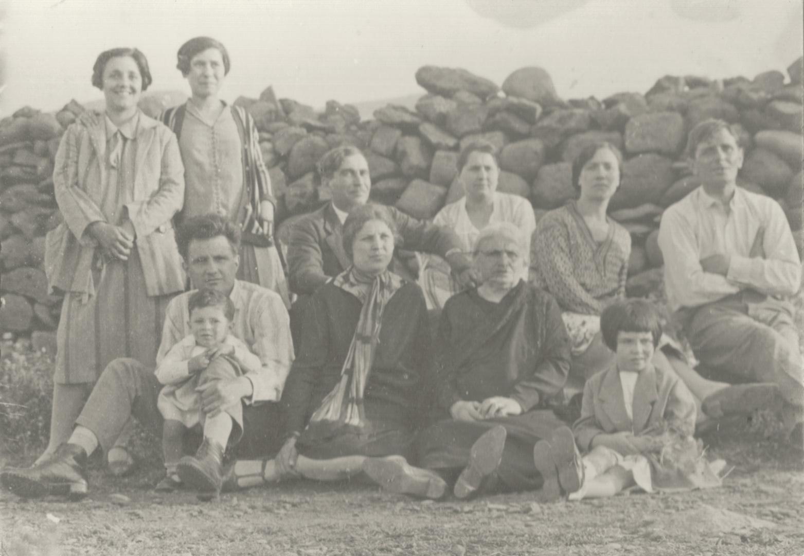 2. Ustica, 1927, gli imolesi Giulio Miceti e Decio Marchesi, confinati a Ustica, in occasione di una visita dei familiari (Cidra)