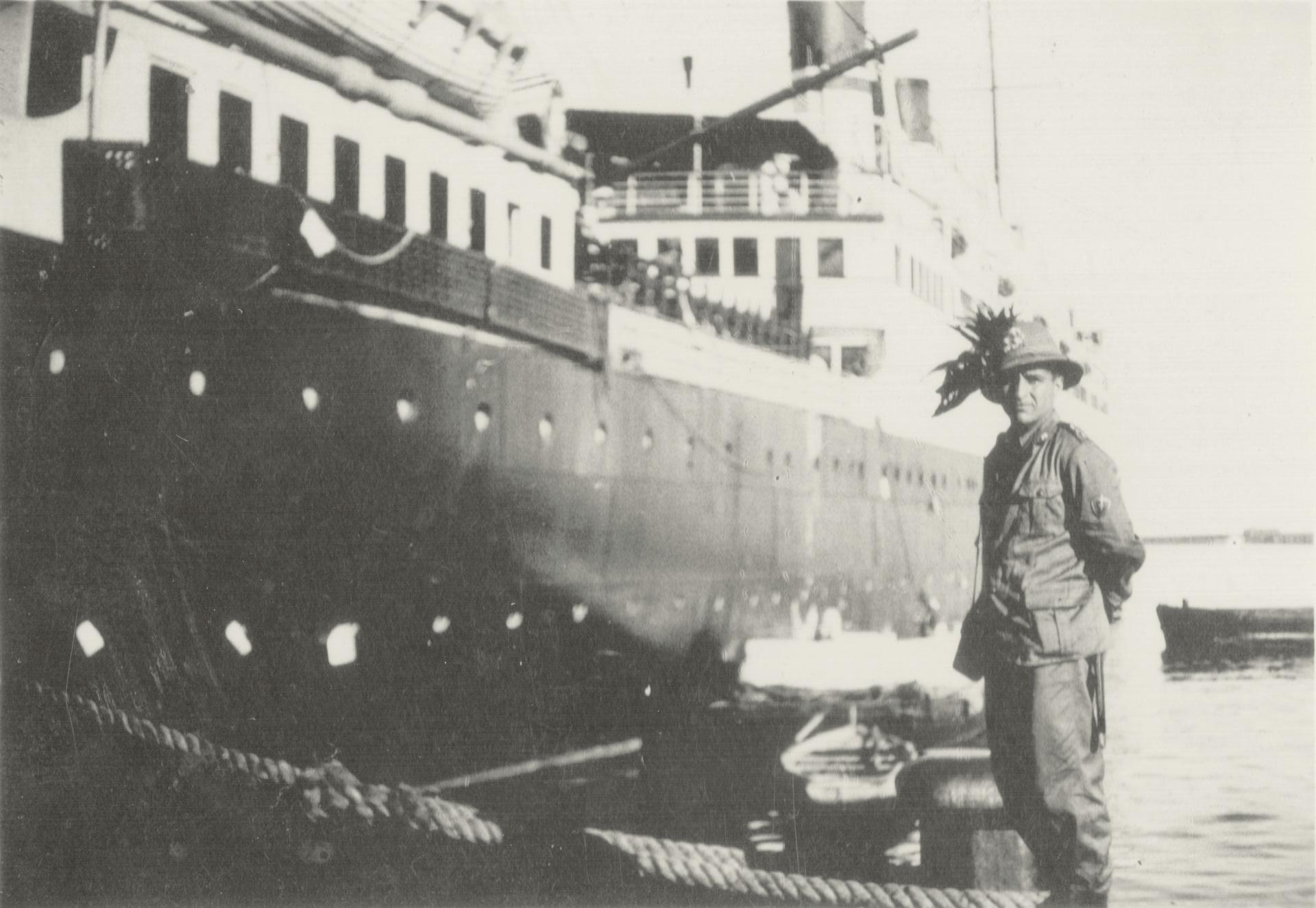 4. Napoli, maggio 1935, Gino Marani e la nave Colombo (Archivio Cidra)