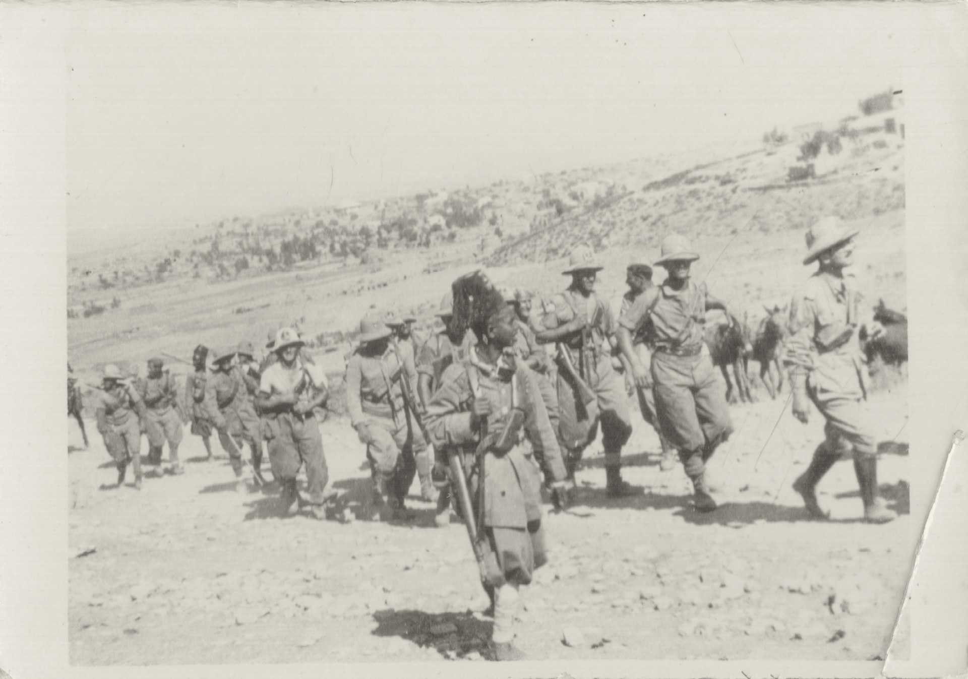 6. Macallé, 9 novembre 1935, reparti del Genio e Ascari in marcia (Archivio Cidra)