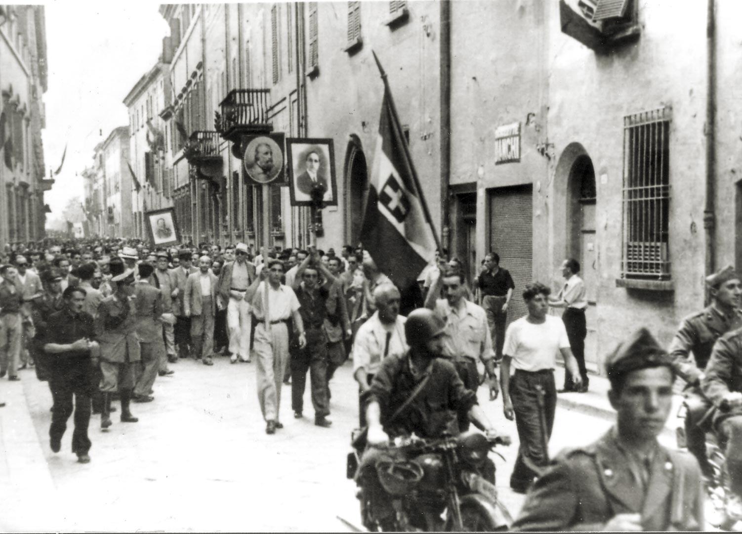 1. Imola, 27 luglio 1943, corteo e manifestazione per la caduta del Fascismo (Archivio Cidra)