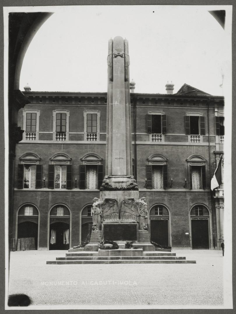 7. Imola, Obelisco dedicato ai caduti imolesi della Prima Guerra Mondiale, inaugurato nel 1928 dal re Vittorio Emanuele III (Bim)