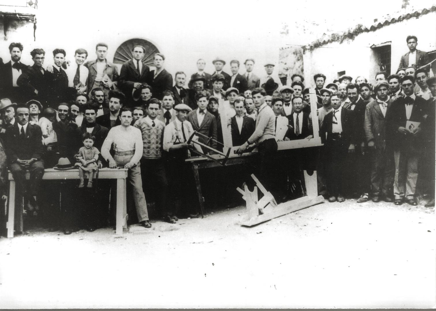 4. Ustica, 1927, confinati al lavoro (Archivio Cidra)